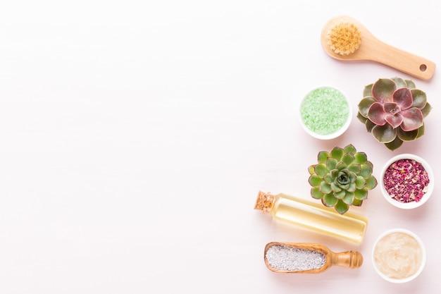 De kuuroordachtergrond met met de hand gemaakte bio vlakke schoonheidsmiddel en cactus, legt, ruimte voor een tekst - beeld.