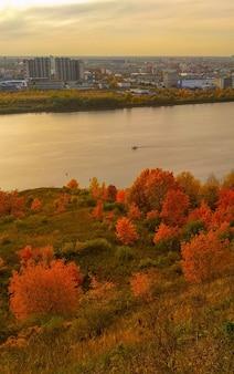 De kwakzalver herfst op de oever van de rivier