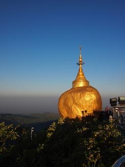 De kyaiktiyo-pagode, ook wel bekend als golden rock, is een bekende boeddhistische pelgrimsoord in myanmar
