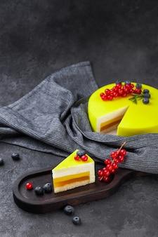 De laag gele cake en het stuk van de soufflécitroen op houten plaat