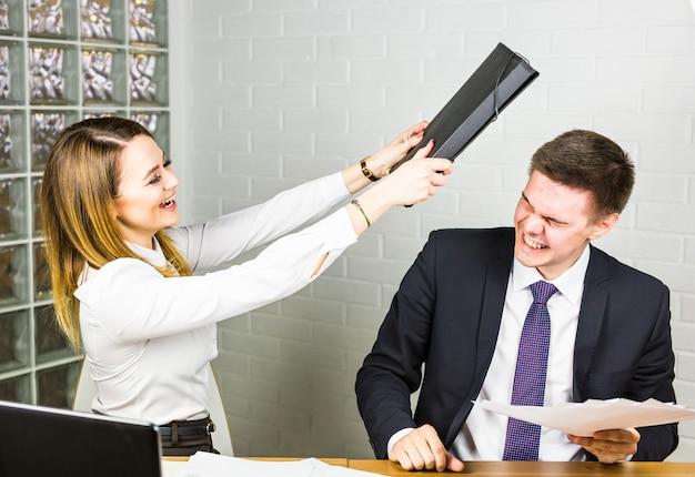 De lachende onderneemster raakt de zakenman