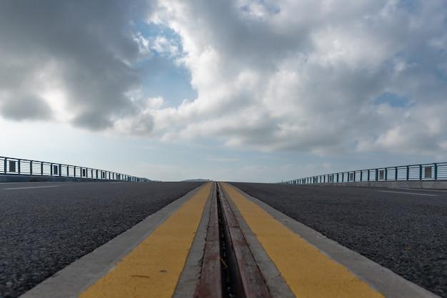 De lage hoek weg leidt naar de afstand