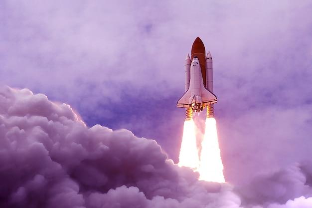 De lancering van de spaceshuttle in een ongewone paarse kleurelementen van deze afbeelding geleverd door nasa