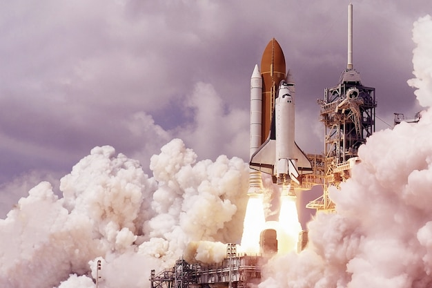 De lancering van de spaceshuttle met vuur en rook elementen van deze afbeelding zijn geleverd door nasa