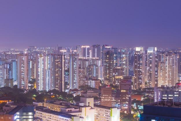De lange gebouwen van singapore bij nacht