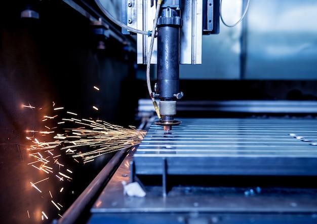 De lasersnijmachine die de gaten in pijpen snijdt.