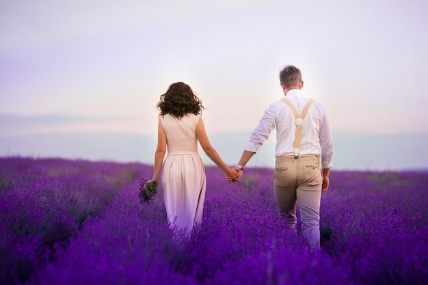De lavendel bloeit bergopwaarts gebied en twee bomen. valensole, provence, frankrijk, europa.