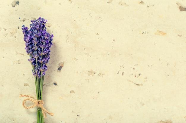 De lavendel bloeit dicht omhoog