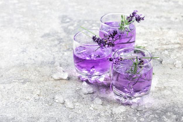 De lavendelbloem drinkt kruidentonik limonade