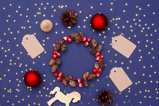 De lay-out van het kerstmis nieuwe jaar van houten voorwerpen, lovertjes, decoratieve ornamenten
