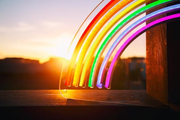 De led neon regenboog bij de zonsondergang