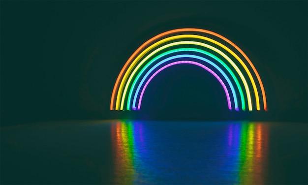De led neon regenboog schijnt in de donkere kamer