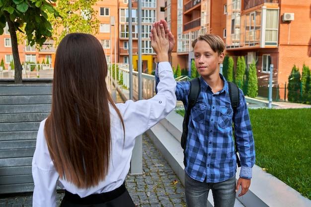 De leerlingen geven elkaar een high five.
