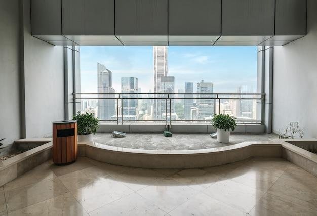 De lege bureauruimte en de vensters buiten wolkenkrabbers binnen shenzhen, china