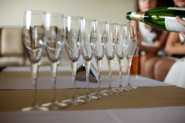 De lege champagnefluiten bevinden zich in een straal op de dinerlijst