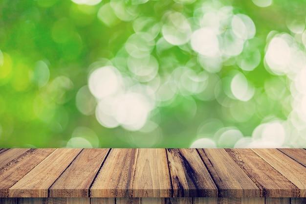 De lege houten lijst en de samenvatting vertroebelden groene bokeh verlaat textuur als achtergrond, vertoningsmontering met exemplaarruimte.