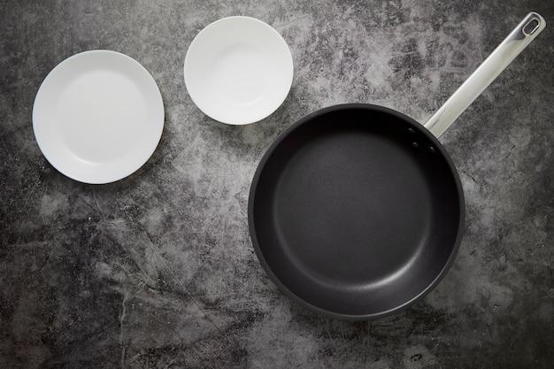 De lege keuken gerechten en pan