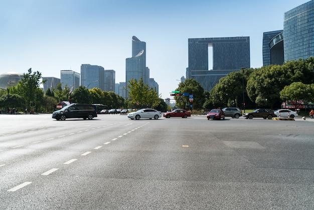 De lege oppervlakte van de wegvloer met de moderne gebouwen van het stadsoriëntatiepunt van de horizon van de hangzoonstak, zhejiang, china