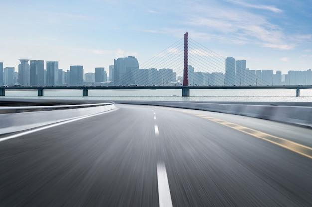 De lege oppervlakte van de wegvloer met de moderne gebouwen van het stadsoriëntatiepunt