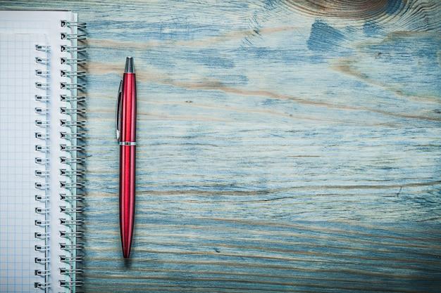 De lege pen van notitieboekjebiro op houten ruimte het bureauconcept van het raadsexemplaar