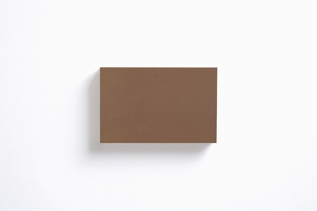 De lege stapel van kartonadreskaartjes die op witte hoogste mening wordt geïsoleerd