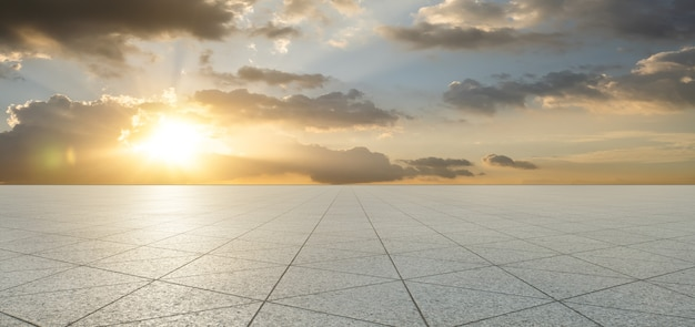 De lege vloer van de steentegels van de driehoeksvorm met hemel