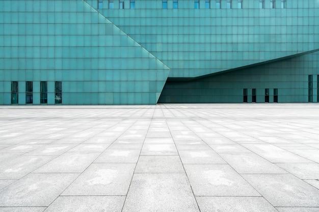 De lege vloer van het plein en de buitenmuren van moderne gebouwen