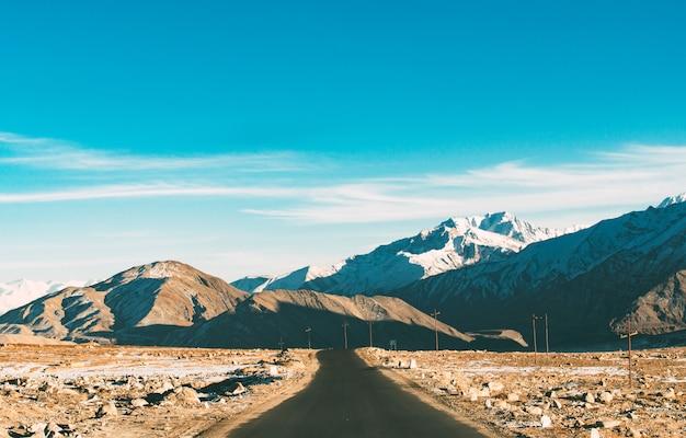 De lege weg die naar het himalayagebergte leidt in het winterseizoen