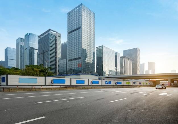 De lege weg met cityscape en de horizon van shenzhen, china.