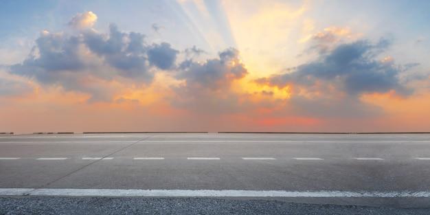 De lege weg van het wegasfalt bij zonsopgang en schemering