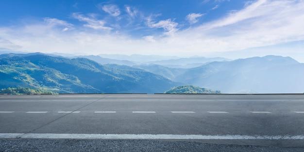 De lege weg van het wegasfalt en mooie hemel