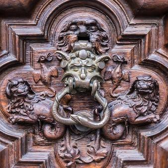 De legendarische devil door in toutin - italië, 200 jaar oud