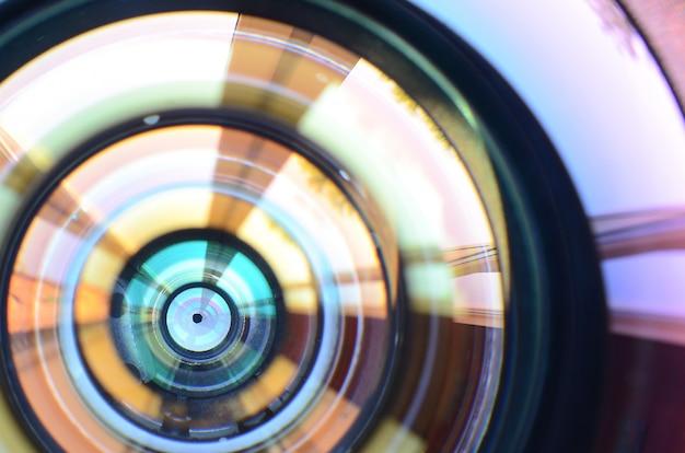 De lens dichte omhooggaande macromening van de fotocamera.