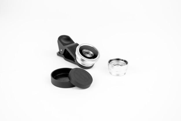 De lens van de telefoonfoto met klemmen op witte achtergrond. extra macro camera voor smartphone