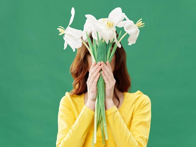 De lente jong mooi meisje met bloemen, vrouw het stellen met een boeket van bloemen, vrouwendag