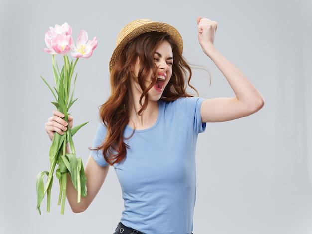 De lente jong mooi meisje met bloemenvrouw het stellen met een boeket van bloemen, vrouwendag