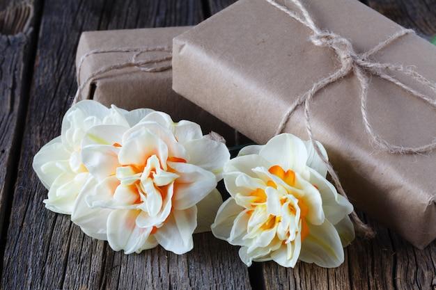 De lente pasen met verse witte gele narcissen (narcissen) bloemen sluit omhoog