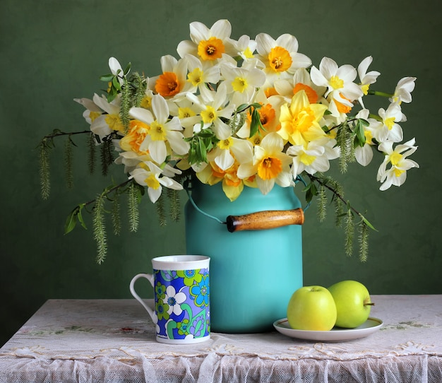 De lente retro stilleven met tuin narcissen en groene appels.
