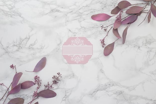 De lente roze bloemen op een marmeren achtergrond. plaats voor inscriptie. bovenaanzicht
