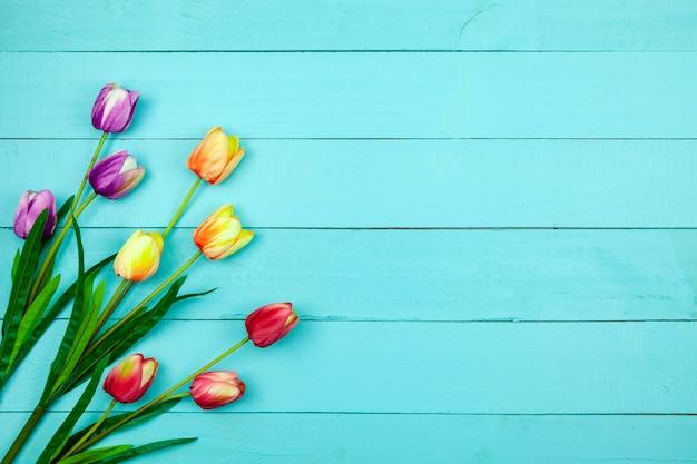 De lentebloem van multikleurtulpen op hout