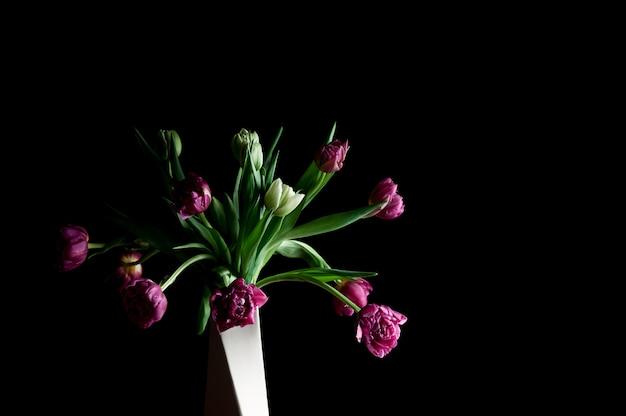 De lentebloemen in rustige het exemplaarruimte van de vaaskunst