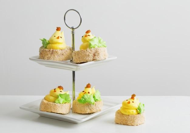 De lentekuiken cupcakes op witte achtergrond