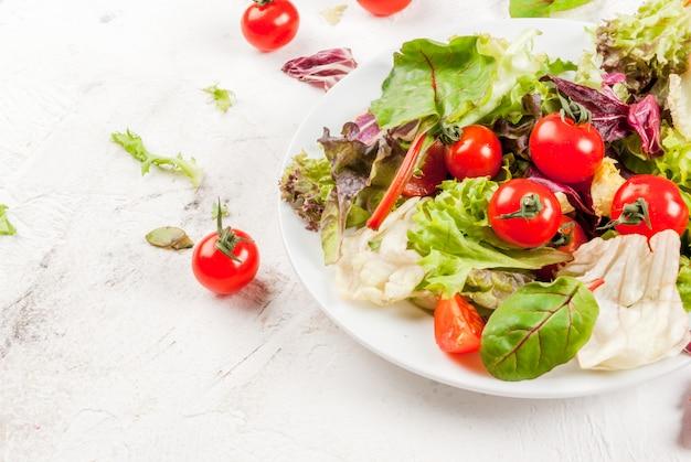 De lentesalade met sla en tomaten