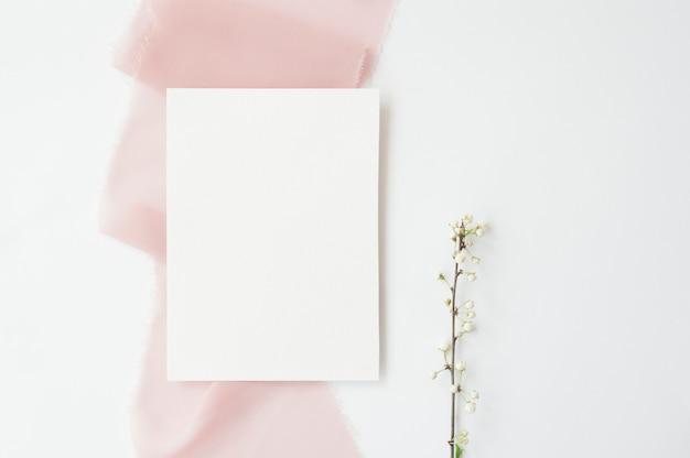 De lentetak van witte kersenbloemen op witte achtergrond