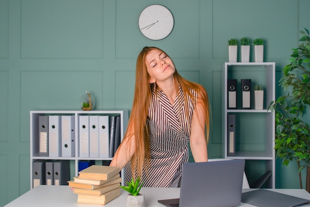 De leraar controleert het huiswerk van de studenten en is erg moe freelance laptopwerk