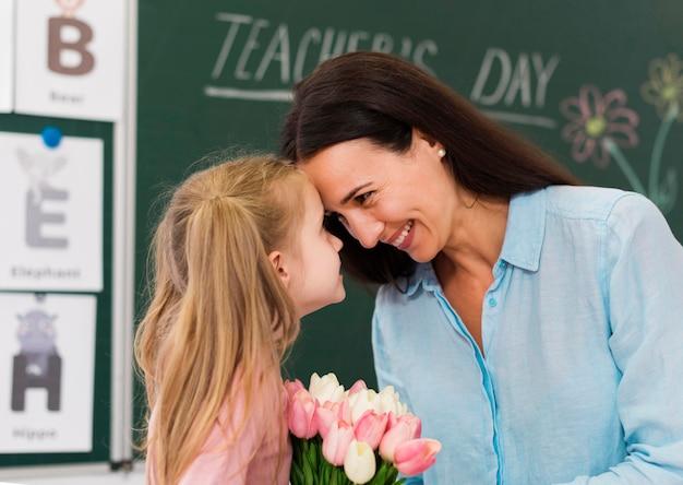 De leraar is dankbaar voor het ontvangen van bloemen van een student