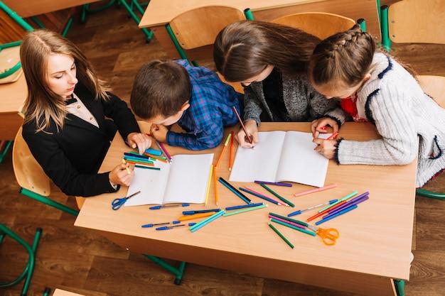 De leraar legt het onderwerp uit aan de leerlingen