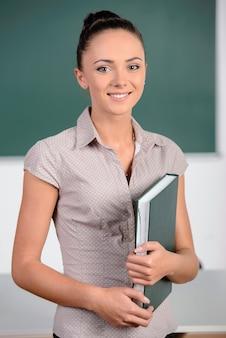 De leraar staat op het bord.