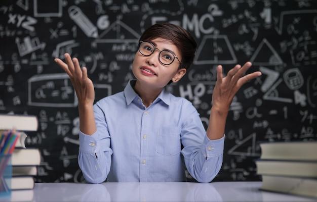 De leraar zat na te denken over lesgeven in de klas