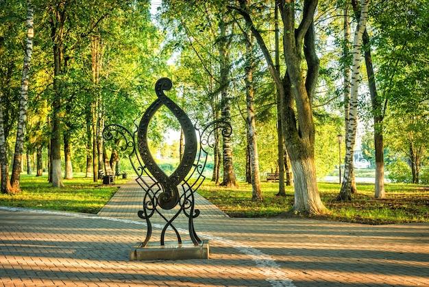 De letter o in een park in de stad vologda op een vroege zomerochtend